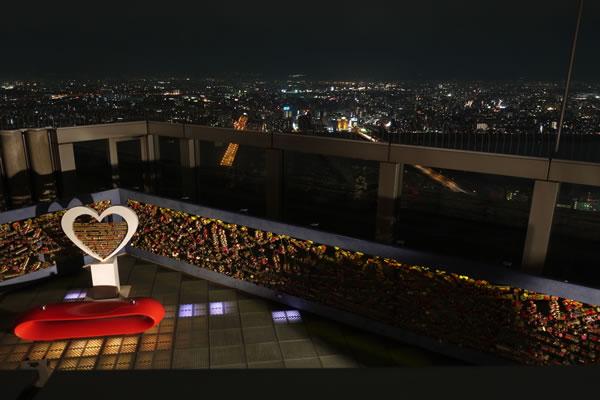 梅田スカイビル(空中庭園展望台)の夜景スポット情報