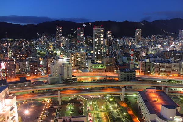 神戸ポートタワー 遠くの山にイカリのイルミネーション