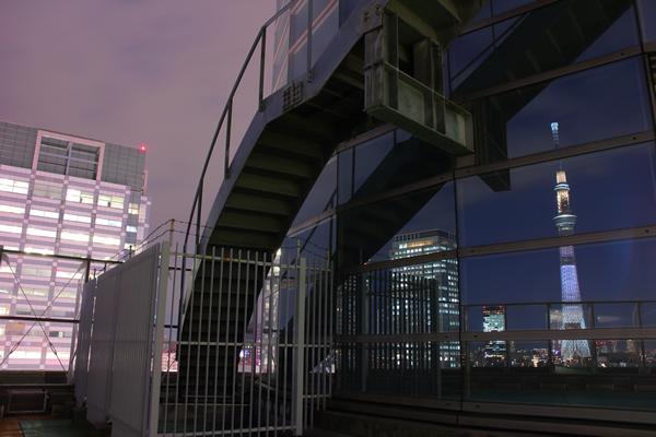 アルカキット錦糸町 ガラスに映り込むスカイツリー