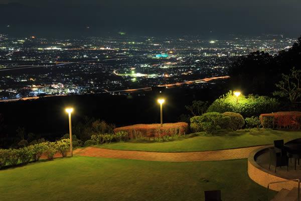 フルーツパーク富士屋ホテル 喫煙スペーステラスからの夜景
